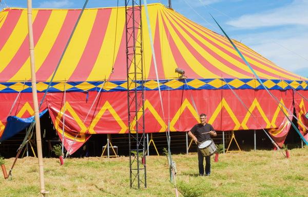 Ninh annonce l'ouverture du festival au son du tambour photo © Gérard Rouy